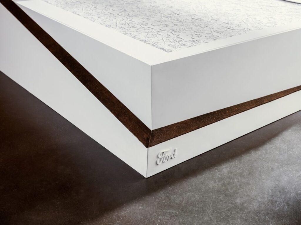 Il Ford Lane-Keeping Bed sfrutta sofisticati sensori  di pressione e un nastro trasportatore per mantenere il compagno di letto all'interno dell sua corsia
